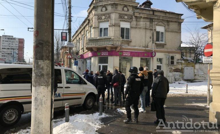 UPDATE: Tînărul săltat de mascați iubea și armele, nu doar jocurile de noroc. Vezi filmul descinderii prezentat de Poliția Română