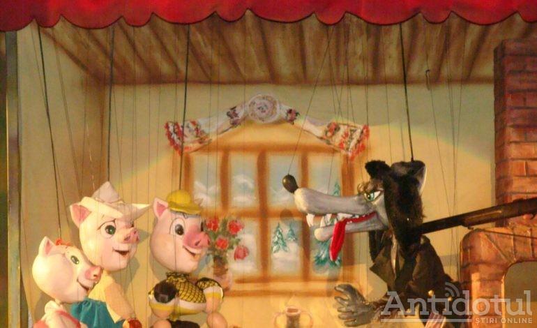 Timp liber: Teatrul de Păpuși: 5 oameni, 3 purceluși și o poveste…jucăușă.