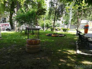 Cauciucuri în loc de flori , într-un parc din Galați