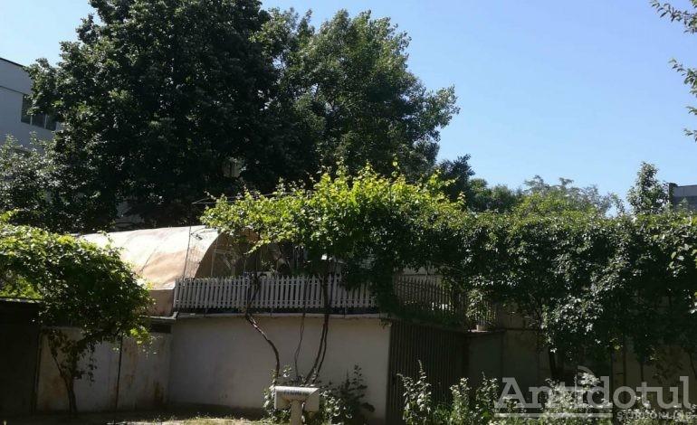 Minunile lumii gălățene: garajul din Micro 16 cu terasă și cort pe acoperiș