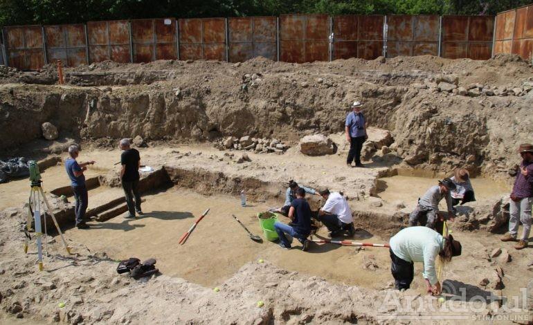 Cavoul Roman este de fapt un Mormânt Hypogeu, unicat pentru România, care a aparținut unei căpetenii gote (din secolul IV)