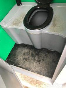 Aşa arată toaleta din curtea Poliţiei