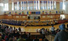 (FOTO) Ziua educatorului / Flashmob cu influenţe de tristă amintire, la Sala Sporturilor