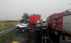VIDEO/Brăila/ Două persoane au murit după ce un tir a intrat pe contrasens și a lovit în plin microbuz plin cu pasageri