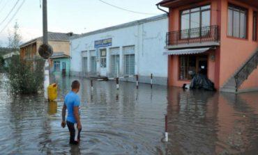 (VIDEO)Din nou inundaţi. Străzile şi curţile din Slobozia Conachi, acoperite din nou de apă