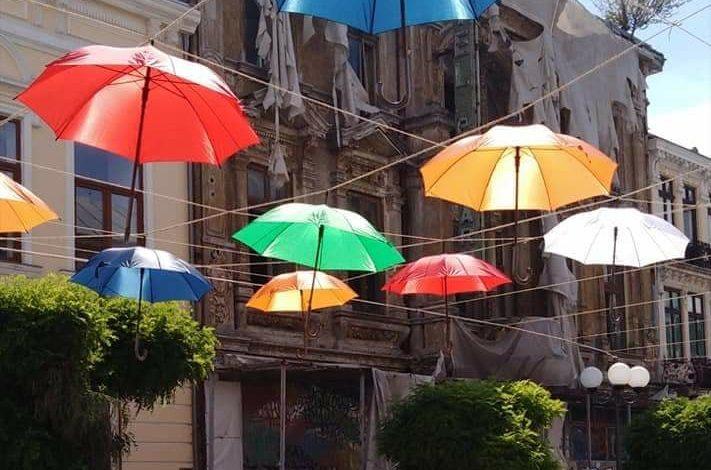 Brăila istorică! Copertină de umbrele lângă clădiri care se dărâmă