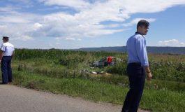 FOTO Un autoturism în care se aflau patru persoane s-a răsturnat în lanul de porumb. Trei ambulanţe se află la faţa locului