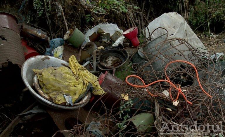 Galerie foto/Un gălățean și-a scos casa la vânzare din cauza mirosului care vine din curtea vecinului său