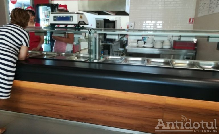 VIDEO-FOTO/Restaurantul cu gândaci de la mall, închis de autorităţi. Cum se apără proprietarii