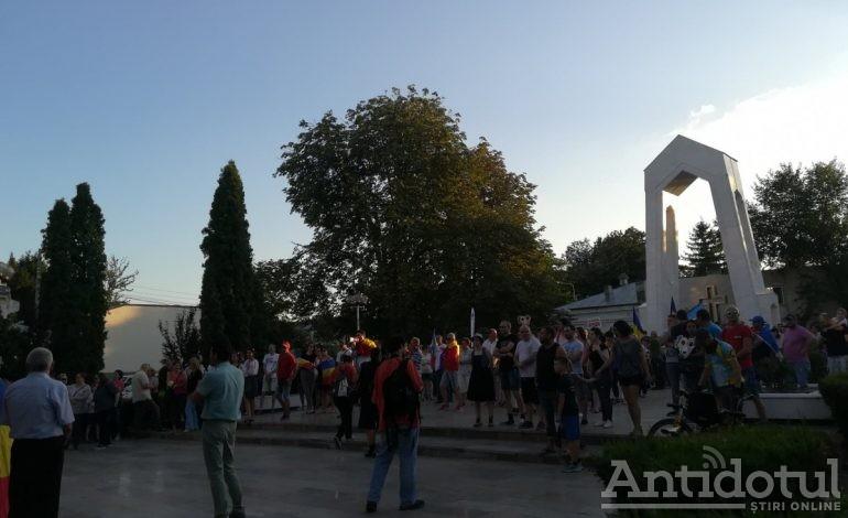 """După ce au fost amenințați de un deputat PSD că vor fi """"călcați în picioare"""", gălățenii au protestat pașnic în stradă"""