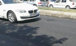 Gropile administraţiei PSD. La nici două săptămâni după turnare, asfaltul cedează