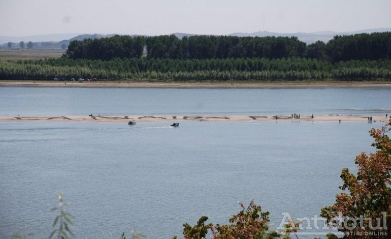 VIDEO: Liberalii au scris un mesaj anti PSD pe insula din mijlocul Dunării. Textul de mari dimensiuni se vede chiar și de pe bacul pesediștilor
