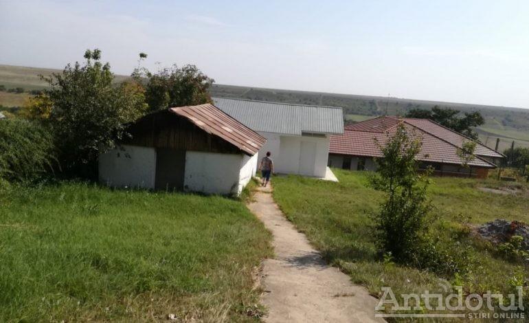 Culmea modernizării. O școală din județul Galați are grup sanitar nou în fundul curții, dotat cu gresie, faianță și veceu turcesc