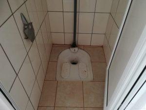 Toaletă modernizată cu weceu turcesc