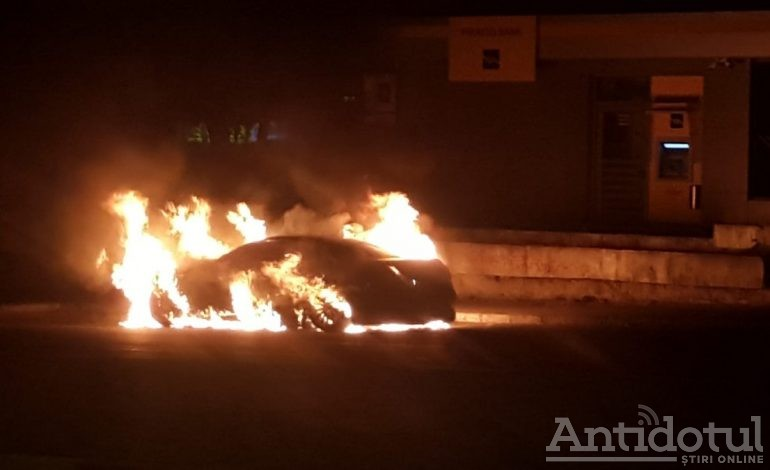 Video/ Incendiu spectaculos pe strada Brăilei. O mașină de lux a ars aproape în întregime