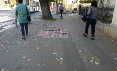Suprarealism urban: pe un trotuar din Galați a apărut un covor