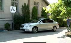 Privilegiile primarului din Tecuci: 350 de litri de benzină şi loc de parcare... cu handicap!