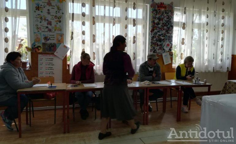 VIDEO REPORTAJ/Ce a înțeles poporul din referendum: Mergem la vot, poate ne-o da și noua ceva, pe hârtia aceea arată două mâini