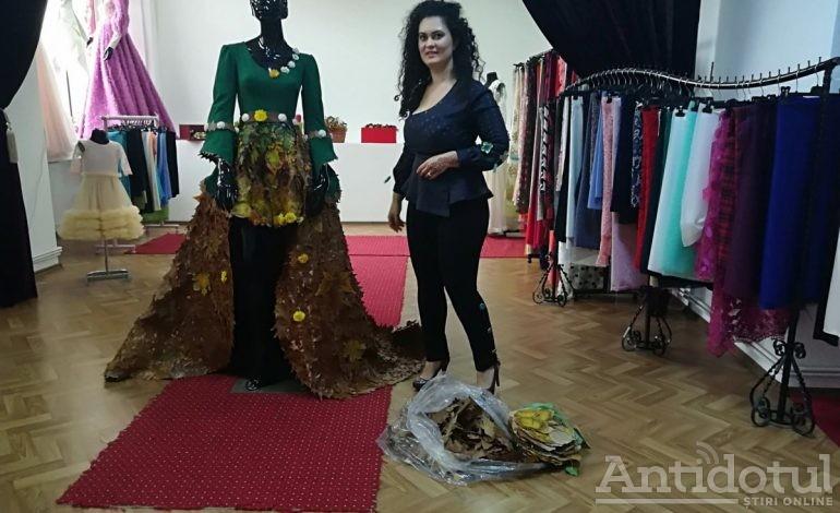 Galerie foto/ O brăileancă a confecționat o rochie din frunze și flori care costă mii de euro