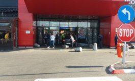 UPDATE/Incident ca-n filme la mall-ul din Brăila: un individ a intrat cu o mașină într-un grup de persoane aflat la intrarea complexului