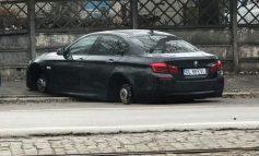 Un BMW parcat la stradă a rămas pe butuci