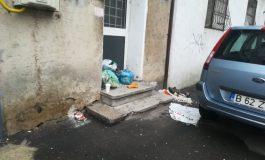 Sălbaticii din centrul orașului Galați au aruncat gunoiul pe stradă