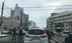 VIDEO: A-nceput de ieri să cadă, câte-un semafor pe stradă!