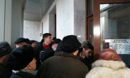 VIDEO/Revelion în stradă pentru pensionarii din Galați: sute de persoane au stat noaptea la coadă ca să prindă bilete la petrecerea Primăriei