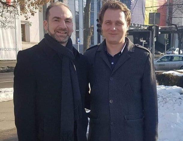 Aurel și Ștefan au ieșit la plimbare și au făcut o poză în centrul orașului Galați