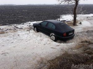 Maşină în şanţ, în localitatea Surdila Greci , sursa foto: GSG