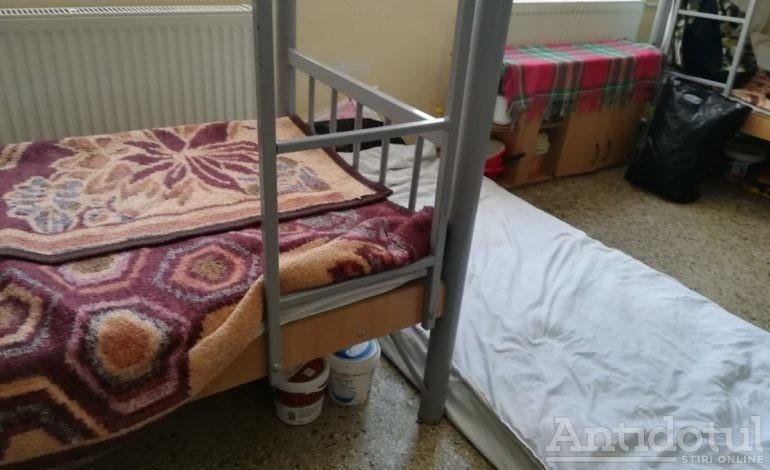 Ca în camping: persoanele fără adăpost din Galați dorm pe saltele deoarece Centrul de Primire al Primăriei s-a umplut ochi