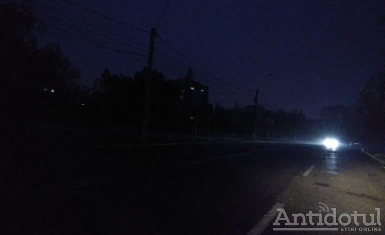 Galerie foto/Aprindeți lumina în sat: faleza Dunării a devenit un pericol pentru șoferi și pietoni