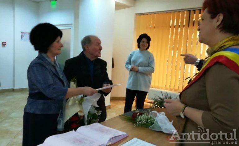 VIDEO/Niciodată nu-i prea târziu: un bărbat de 80 de ani a spus DA pentru prima dată în viața, în fața ofițerului de la Starea Civilă