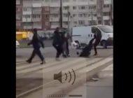 Atenţie pe unde traversaţi! Băieţii cu BMW s-ar putea să vă ia la bătaie în mijlocul străzii!