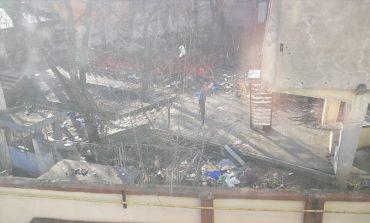 """Groapă de gunoi în buricul târgului. Din Grădina de Vară """"Central"""" a rămas doar panoul de la intrare!"""