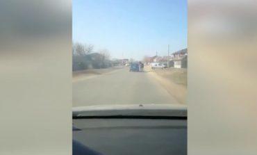 VIDEO Imagini revoltătoare: un cal este legat cu un lanţ şi târât după o maşină kilometri întregi