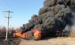 VIDEO/Incendiu de proporții în Zona Liberă Galați. Ard un depozit de cauciucuri și vegetație uscată