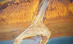 Podul chiar se face! Gălăţenii trec Dunărea cu bacul şi aşteaptă autostrada opoziţiei.