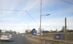 Vântul puternic pune cablurile la pământ. La ieșirea din oraș, obstacole pentru șoferi!