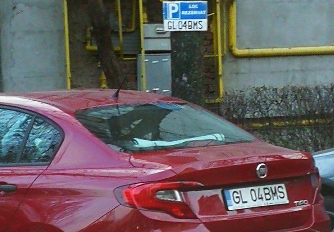 """Nu doar administraţia locală rezervă parcări. Unii gălăţeni, """"proprietari"""" peste noapte pe locurile de parcare!"""