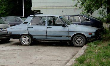 Minune! Se mai strâng nişte maşini abandonate pe domeniul public!