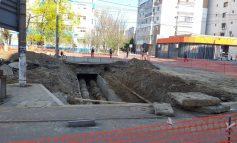 Video și foto/Călătorie spre centrul pământului: de peste două zile, specialiștii nu au reușit să afle ce a provocat surparea de teren de pe strada Brăilei
