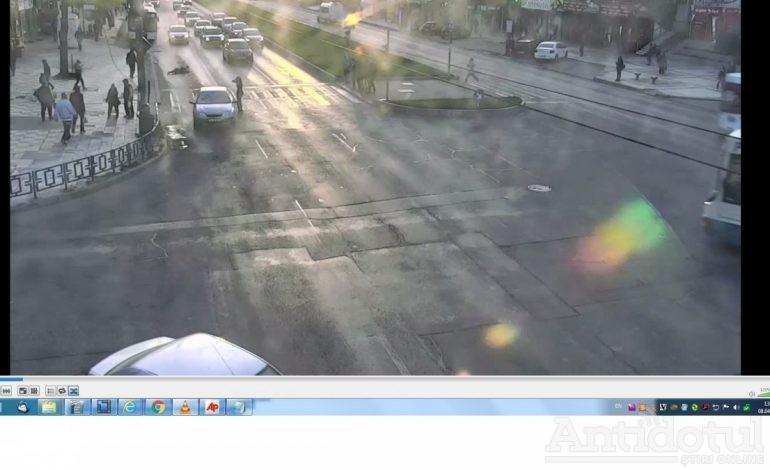VIDEO/Încă o cascadorie cu happy-end pe strada Brăilei. Cetățeanul care a fost lovit în plin de o maşină a refuzat internarea