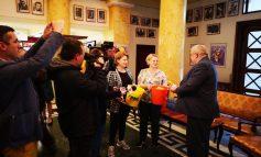 VIDEO/Politicienii gălățeni au primit gogoși de Ziua Păcălelilor