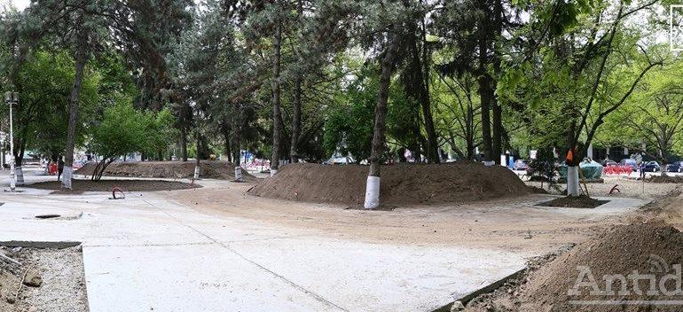 Lecţie de management. Acuzat de gălăţeni că betonează parcurile, primarul Pucheanu se laudă că face spaţii verzi!