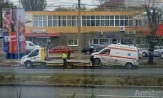 Tragicomedie la Galați. O ambulanță a cedat în trafic, fix lângă un panou de campanie al PSD!