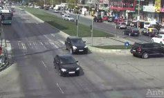 VIDEO/O mașină reușește să sară peste bordurile supraînălțate și traversează scuarul de pe strada Brăilei