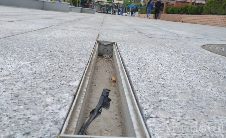 VIDEO/Prost gândit, prost făcut. Centrul aproape modernizat al Galațiului a început să crape: instalațiile de iluminat din asfalt s-au stricat