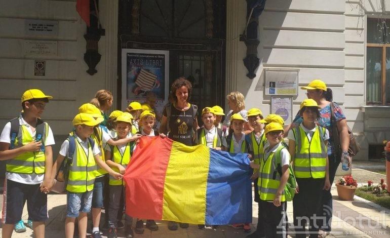 VIDEO/Un articol deloc senzațional și fără scandal: o româncă bate drumurile țării pe jos ca să asculte problemele copiilor de la țară