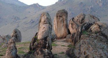 Zece motive să vizitezi Munţii Măcinului. Este locul unde păşeşti pe roci mai vechi ca dinozaurii